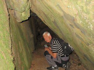 Bertil välkomnade oss in i grottan.