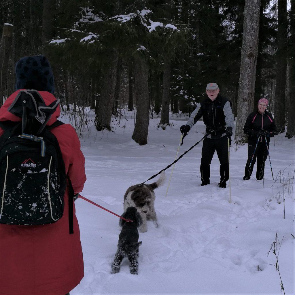 Så dyker det upp bekanta ansikten, som är ute och rastar sin hund ....