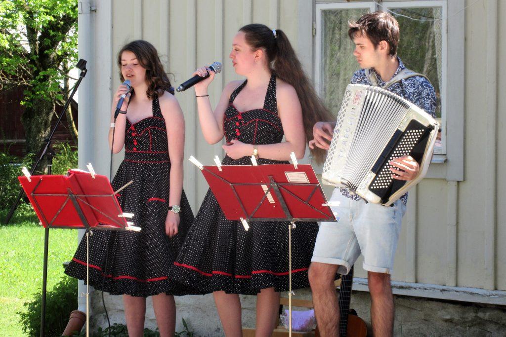 Systrarna Hedquist med ackompanjatör underhöll med  skönsång.