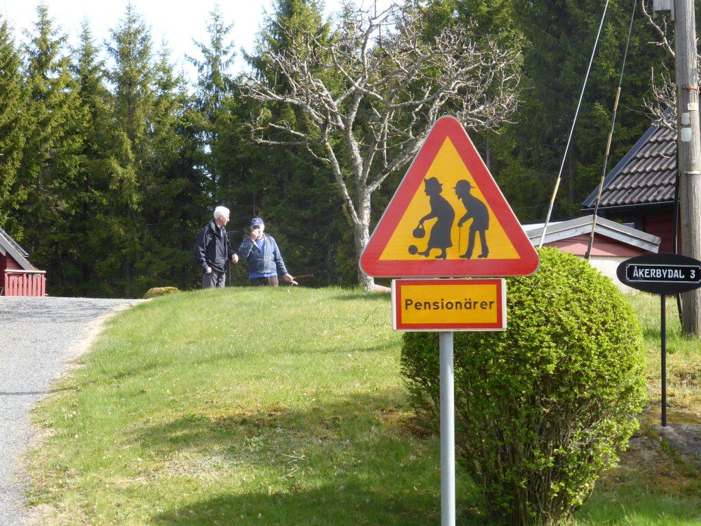 Vid Erling Isakssons sommarhus varnades för pensionärer. Bertil i samspråk med Erling.