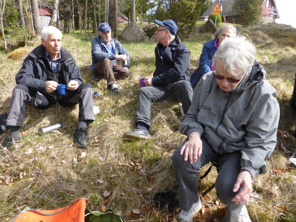 Vid fikapausen kom Erling och språkade en stund med Friman och Bertil Skaar.