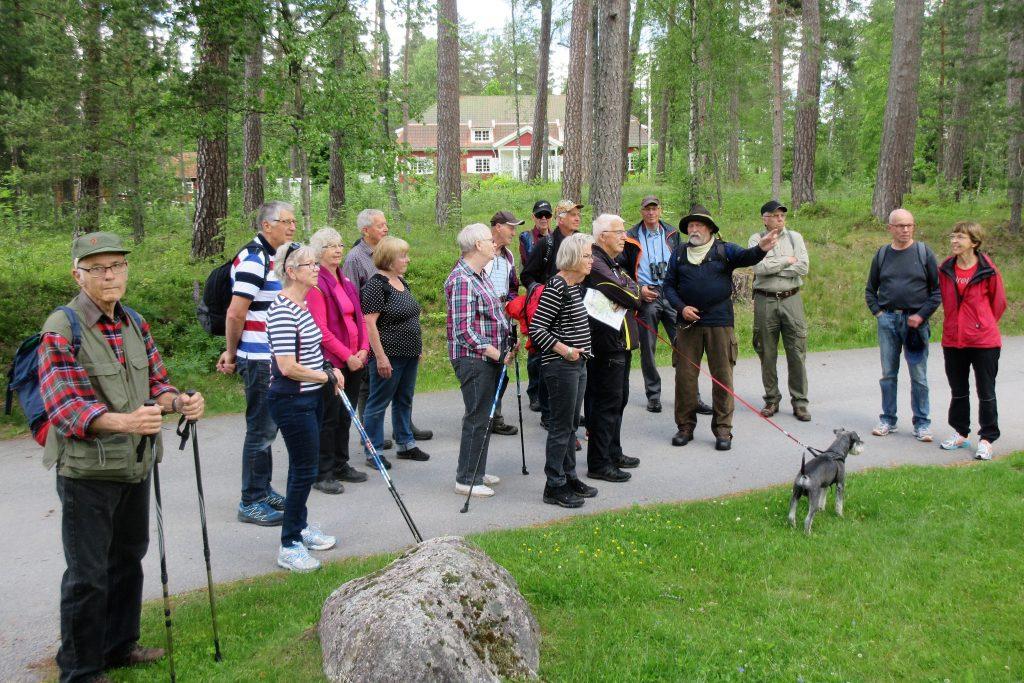 Håkan informerar om Nykyrka och familjen Sager som lät bygga kyrkan.