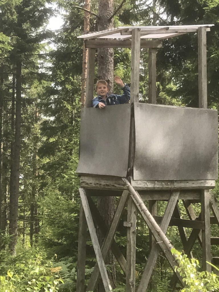 Edgar från Hurva ville fika i ett jakttorn. Då fikade vi andra intill. Edgar fick sällskap i tornet av morfar, Antoniusson.