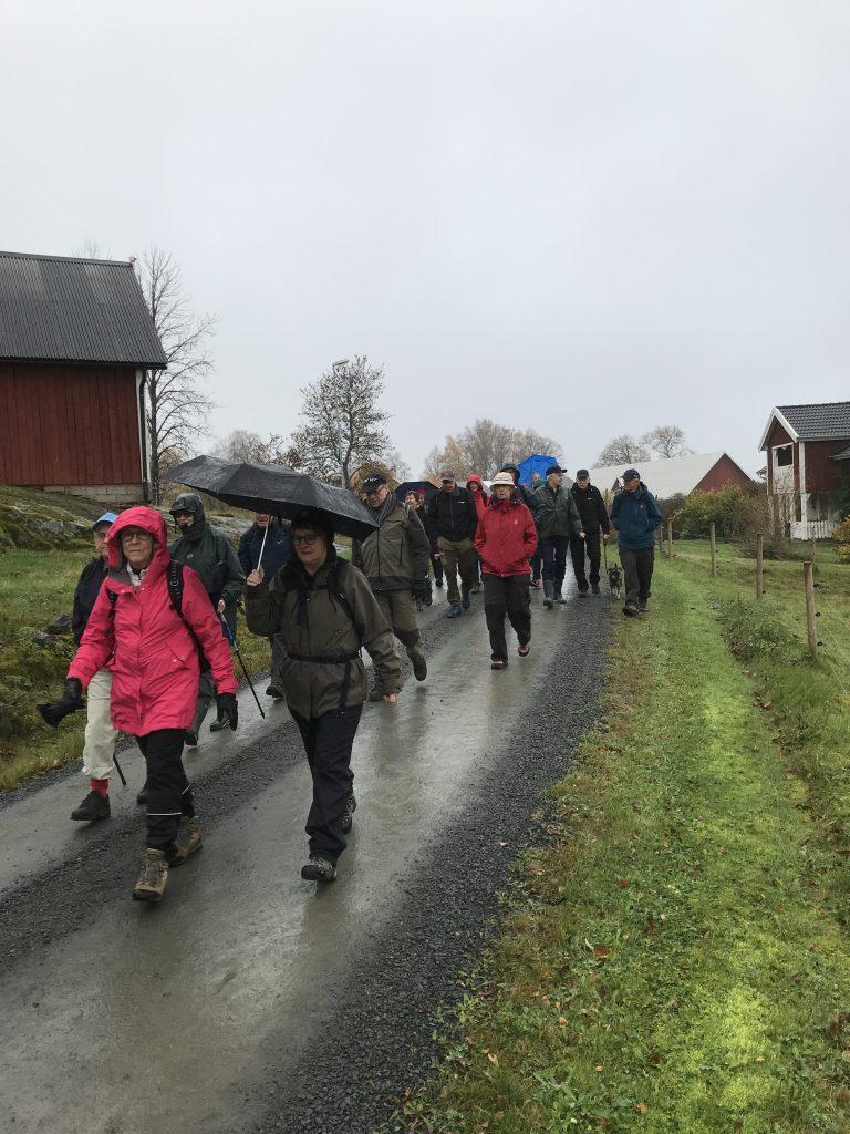 Vandringen startade i lite lätt regn, men 24 förväntansfulla gav sig iväg och snart blev vädret bättre.