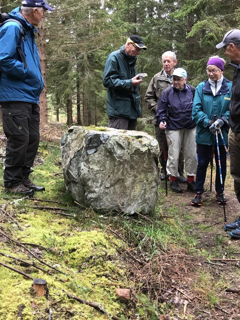 En ovanligt tung sten vittnar om att den innehåller malm.