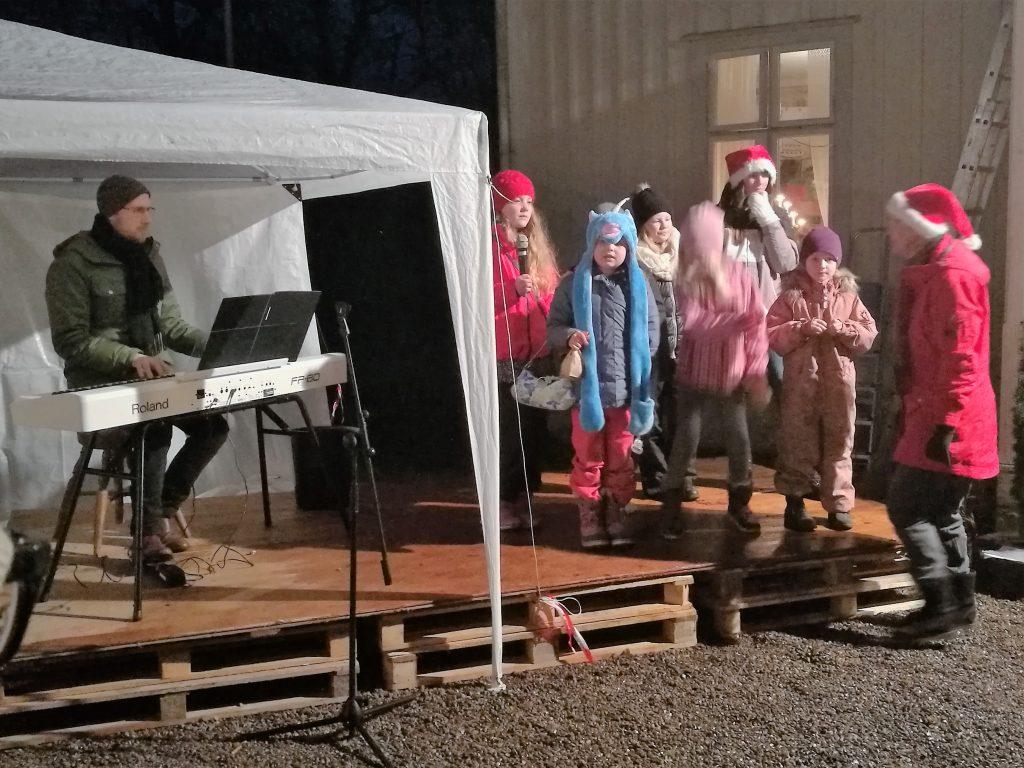 Barnkören sjöng ackompanjerad av Björn Sandberg