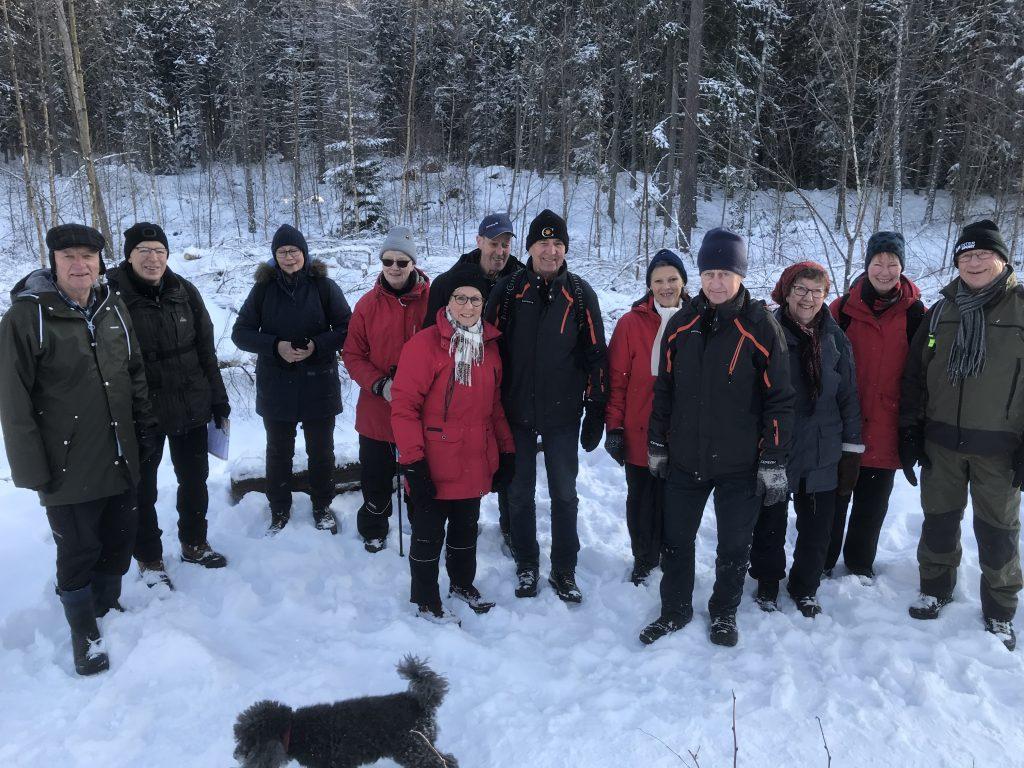 Efter fika var fotografen nära att göra en vurpa i snön. Därav alla glada miner på fotot.