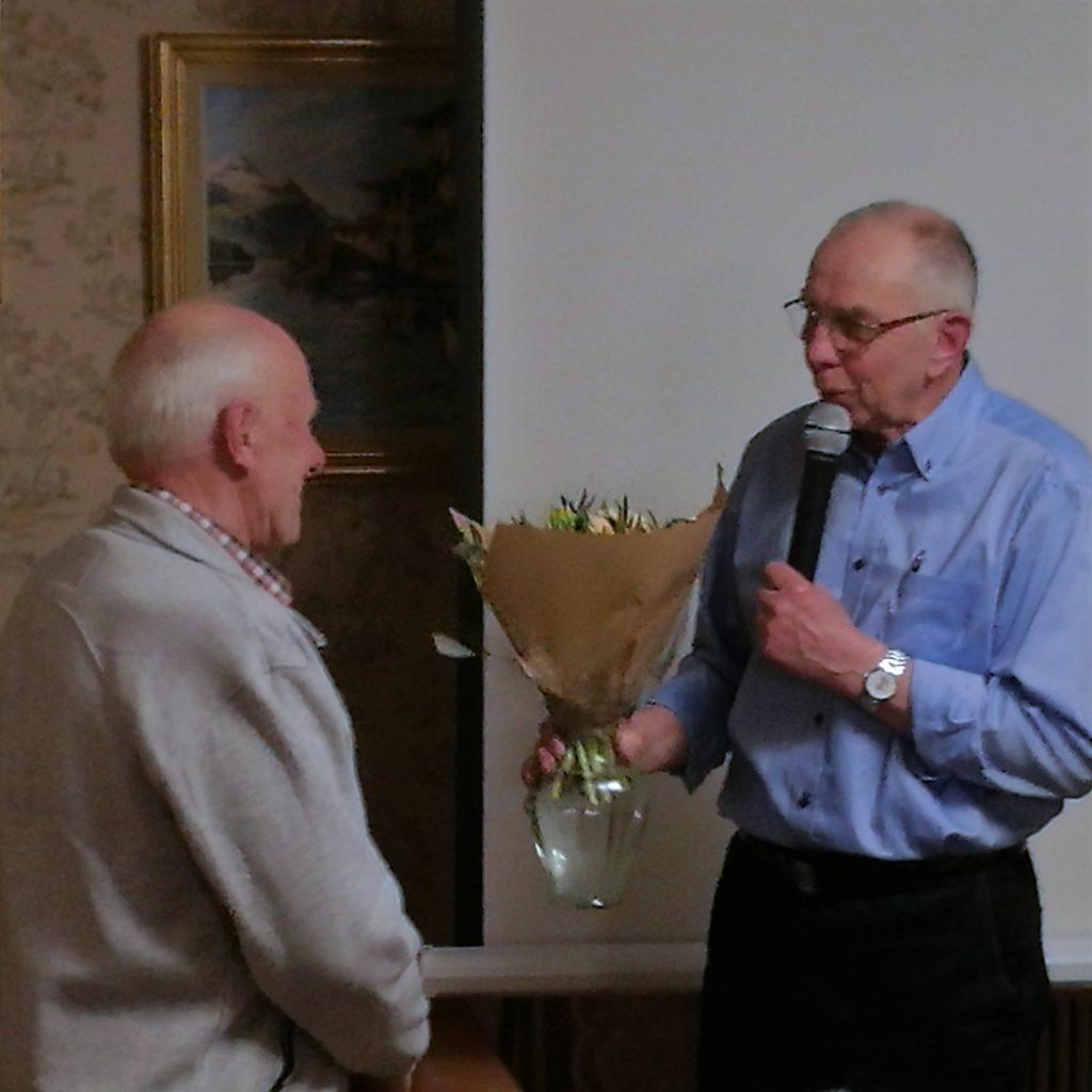 Ur styrelsen avgick Arne Fransson. Här avtackas han av Roland Gunnarsson för gott utfört arbete. Till ersättare för Arne valdes Sven Lundberg.