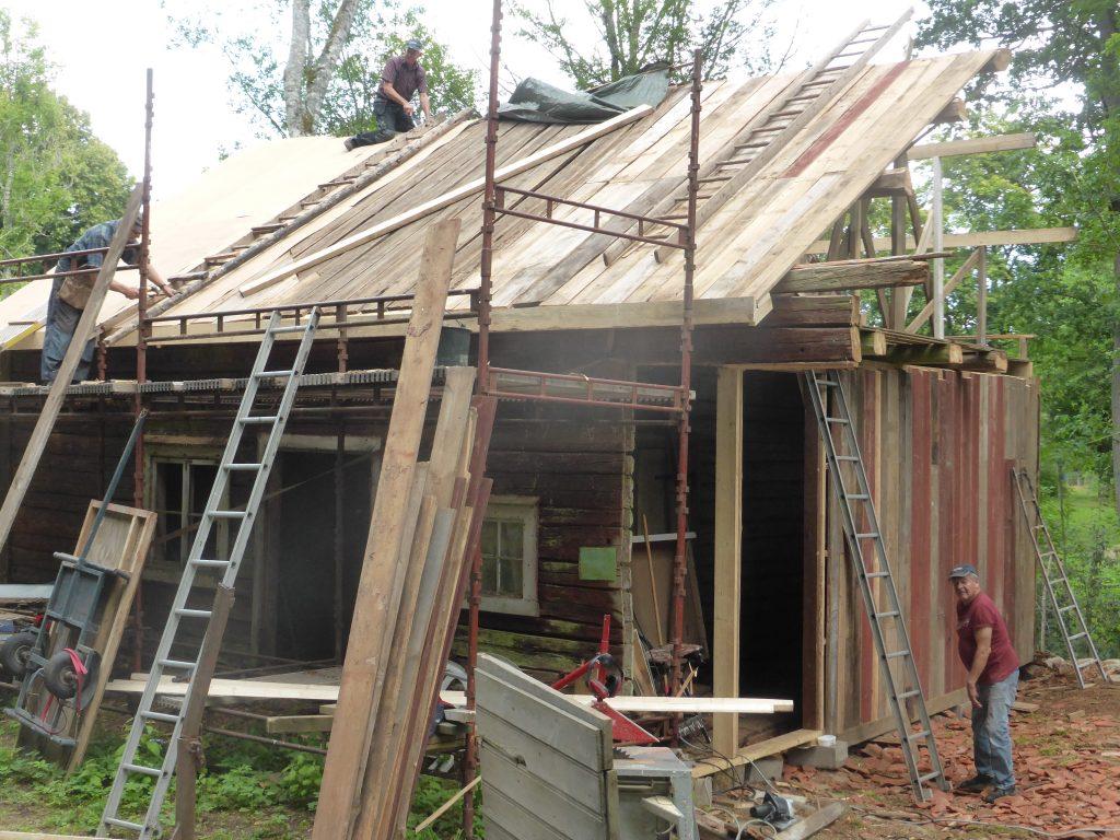 Undertaket renoverat och masoniten läggs på.