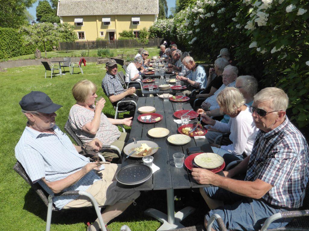 Vid lunchen på Hällekis Trädgårdscafé kunde man välja skuggan invid häcken eller solsidan.