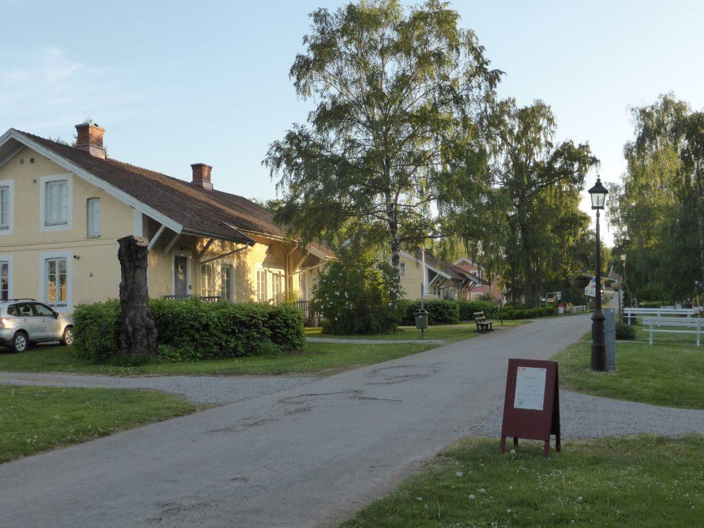 Incheckning på Falkängens speciella vandrarhem. 8 arbetarbostäder från slutet av 1800-talet som byggts om. Toalett och pentry på varje rum. 8 rum i varje hus. Här bodde en gång i tiden 63 familjer, ca 300 personer.