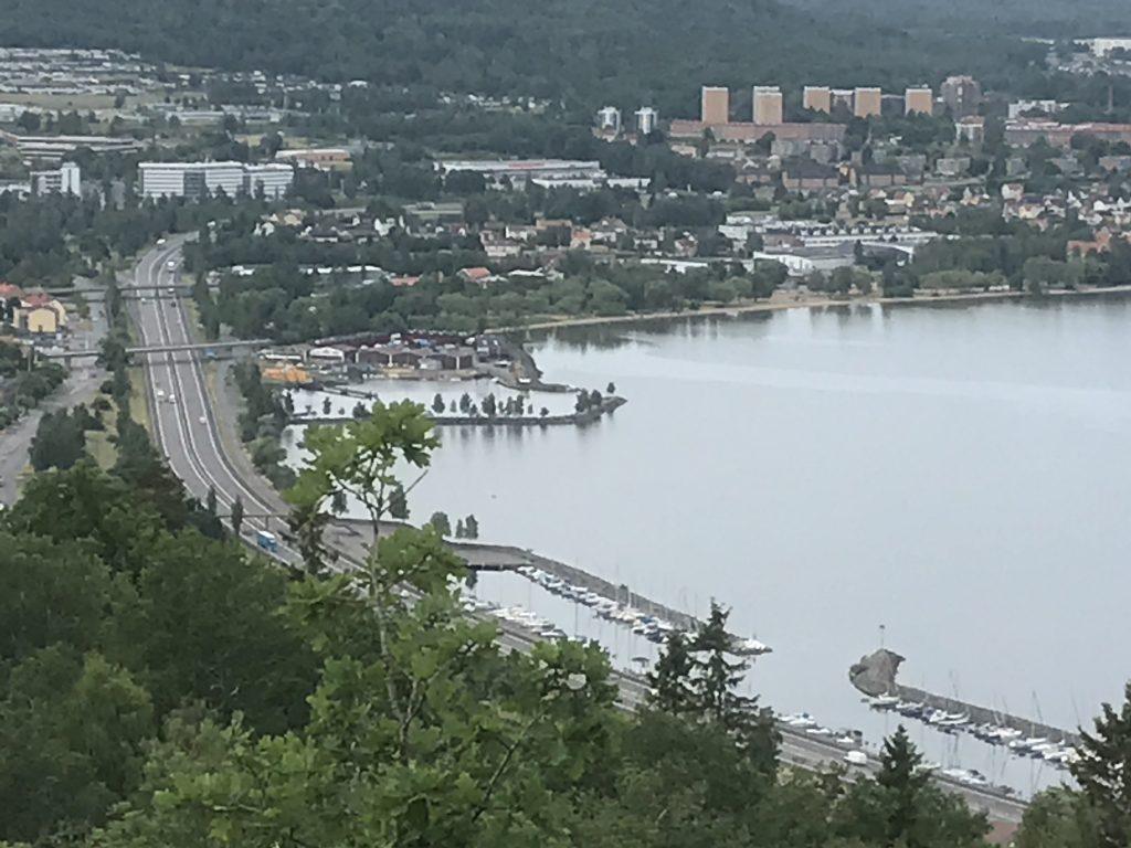 Från utsiktsberget norr om IKHP-stugan är det fin vy över bl.a. Huskvarna hamn