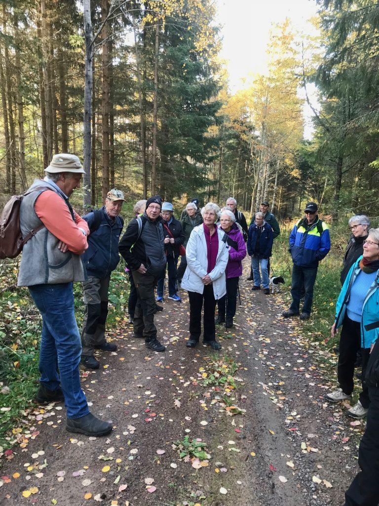 Väl inne i skogen gav Anders en tillbakablick om John Bauer