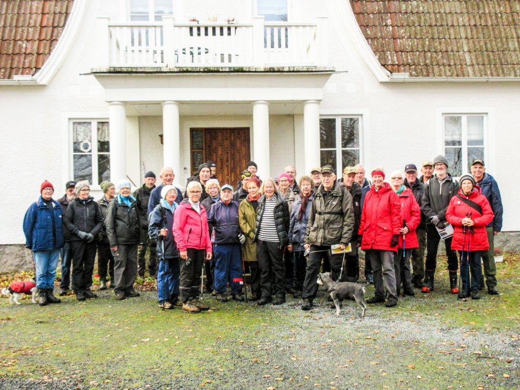 Här är hela sällskapet samlat framför Lidhults vackra fasad.