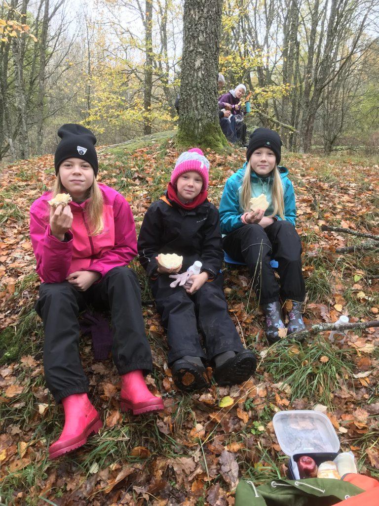 Tuva, Maja och Klara från Öjersjö (Göteborg) hängde med Roland på dagens tur.