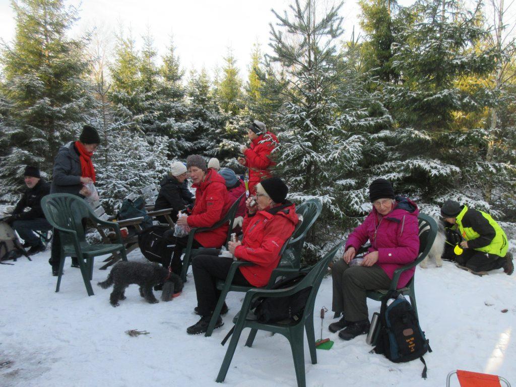 Både inne i grillkojan och utomhus fanns sittplatser så det räckte till oss alla.