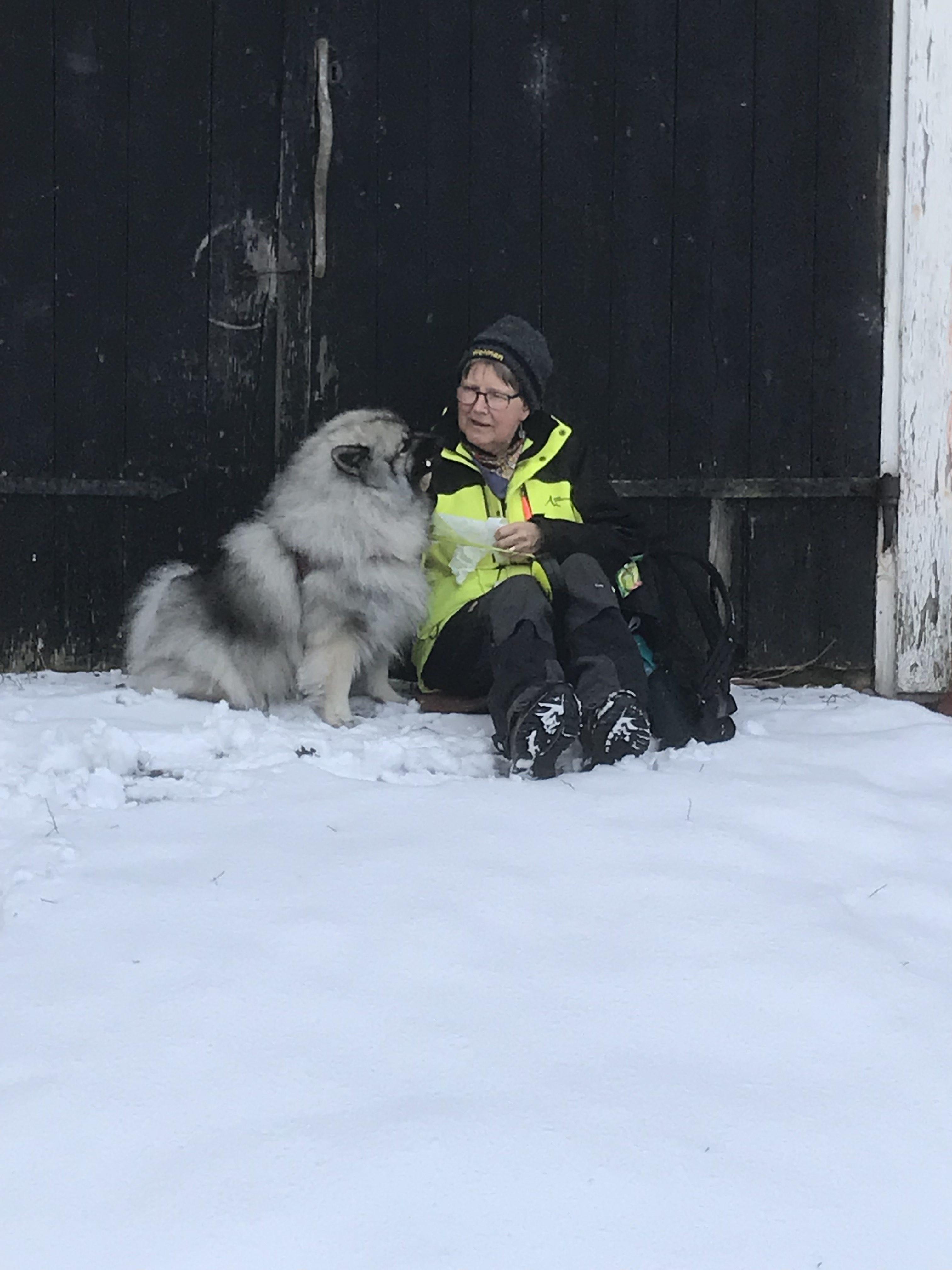 Gudrun Engman med sin keshound