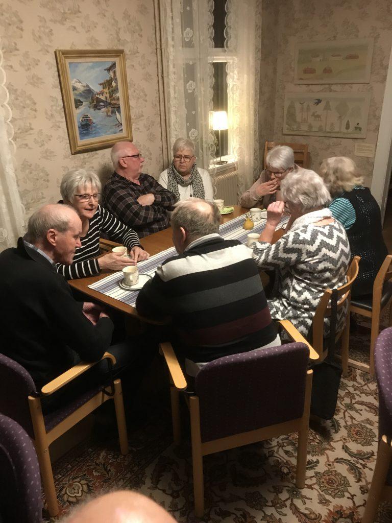 Efter föredraget fylldes borden för kaffe och frallor.