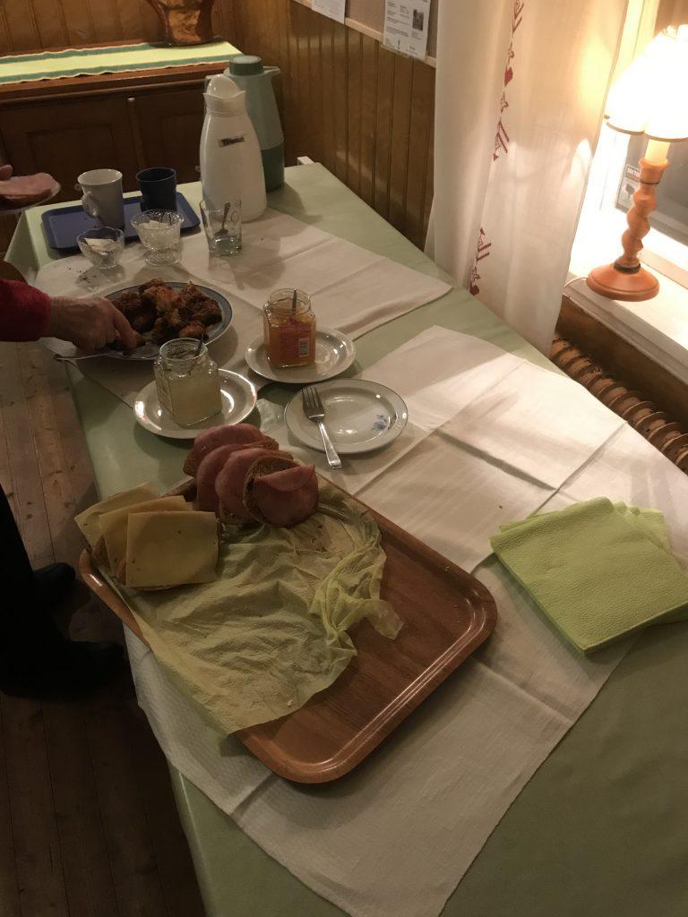 Alla i köket, med Kerstin i spetsen, löste serveringen elegant. Tomt blev det på faten.