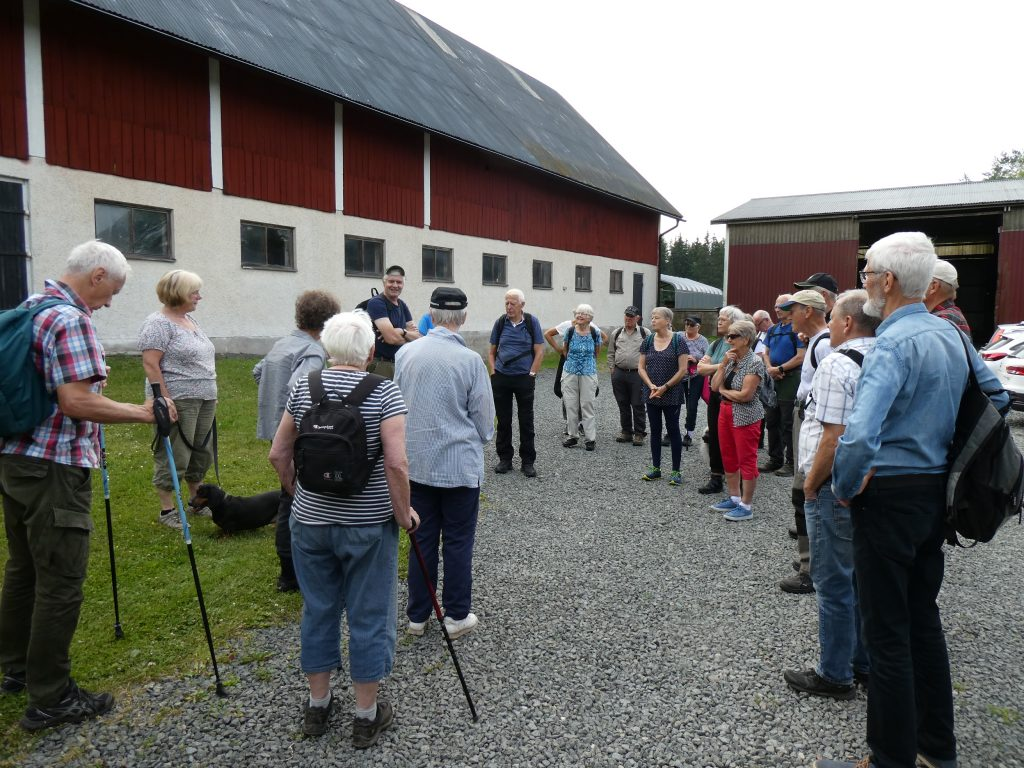 Vi startade hemma hos Göran och Solveig där Göran berättade om gårdens och byns historik. Östergården blev utflyttade från Fagerslätts gamla bykärna vid Laga skifte1859.