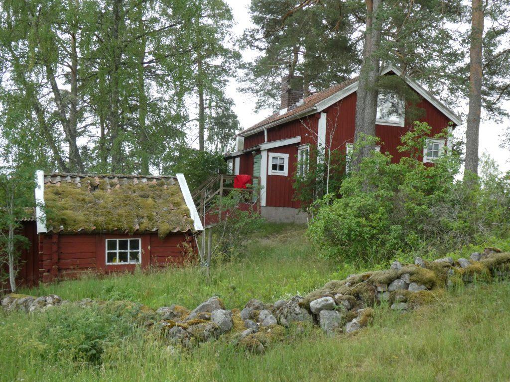 På hemvägen passerade vi stugorna vid Åkersberg. Nästan hemma blev vi blöta av ett lätt sommarregn.