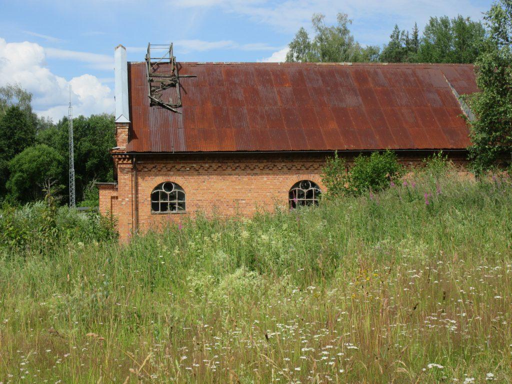 De gamla byggnaderna ligger förfallna.