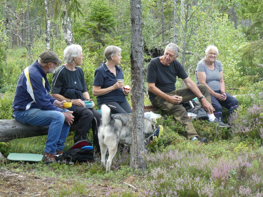 I olika små grupper sökte man sig lämplig plats att sitta på.