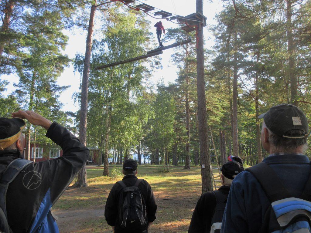 På Vidablick får vi beskåda balanskonst på hög höjd.  Det är kanske inte så riskabelt som det ser ut. Ungdomarna som testade höghöjdsbana hade säkerhetslina och instruktör.