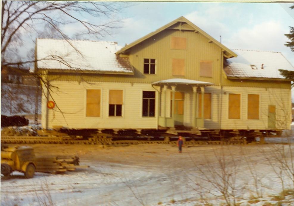 Stationshuset upp-pallat för att kunna börja sin färd till ny plats.