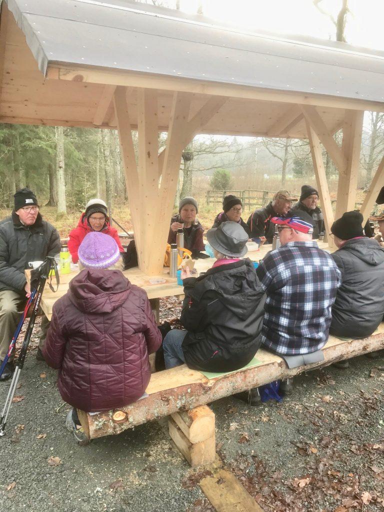 """Vid rastplatsen """"Tomten i skogen"""" hade nya bord och bänkar byggts."""