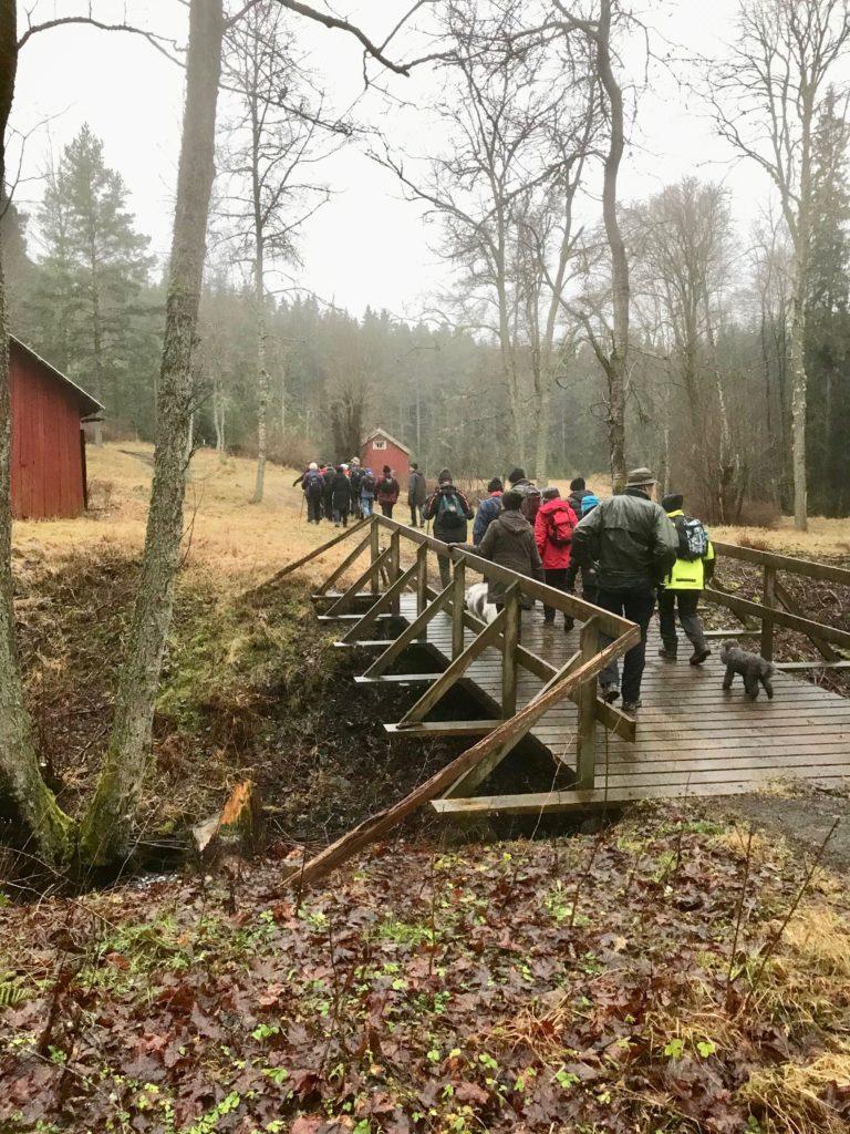 Vi gick sedan genom gamla hyttområdet, över ån och förbi Mobro.