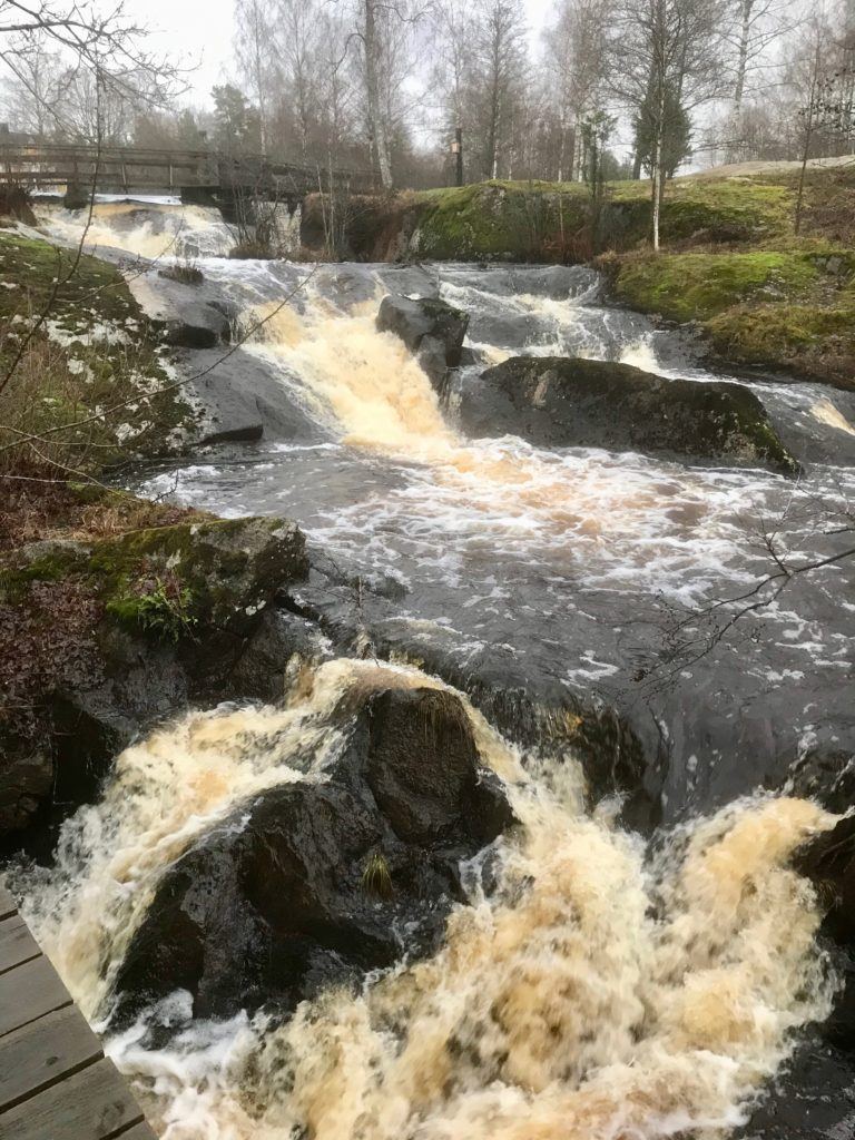Vid den mäktiga forsen har stigar och broar iordningställt så att man kan beskåda vattendraget. Efter Hällstorpsdammen byter ån namn till Lillån, som rinner mellan golfbanan och skogskyrkogården ut i Tabergsån.