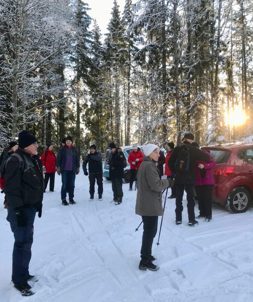 Samling på Uvabergets P-plats där Tage informerade om namnet Holmalyckan. Ett 10-tal meter norr om P-platsen låg en gång backstugan Holmen, som övergavs i början av 1900-talet.