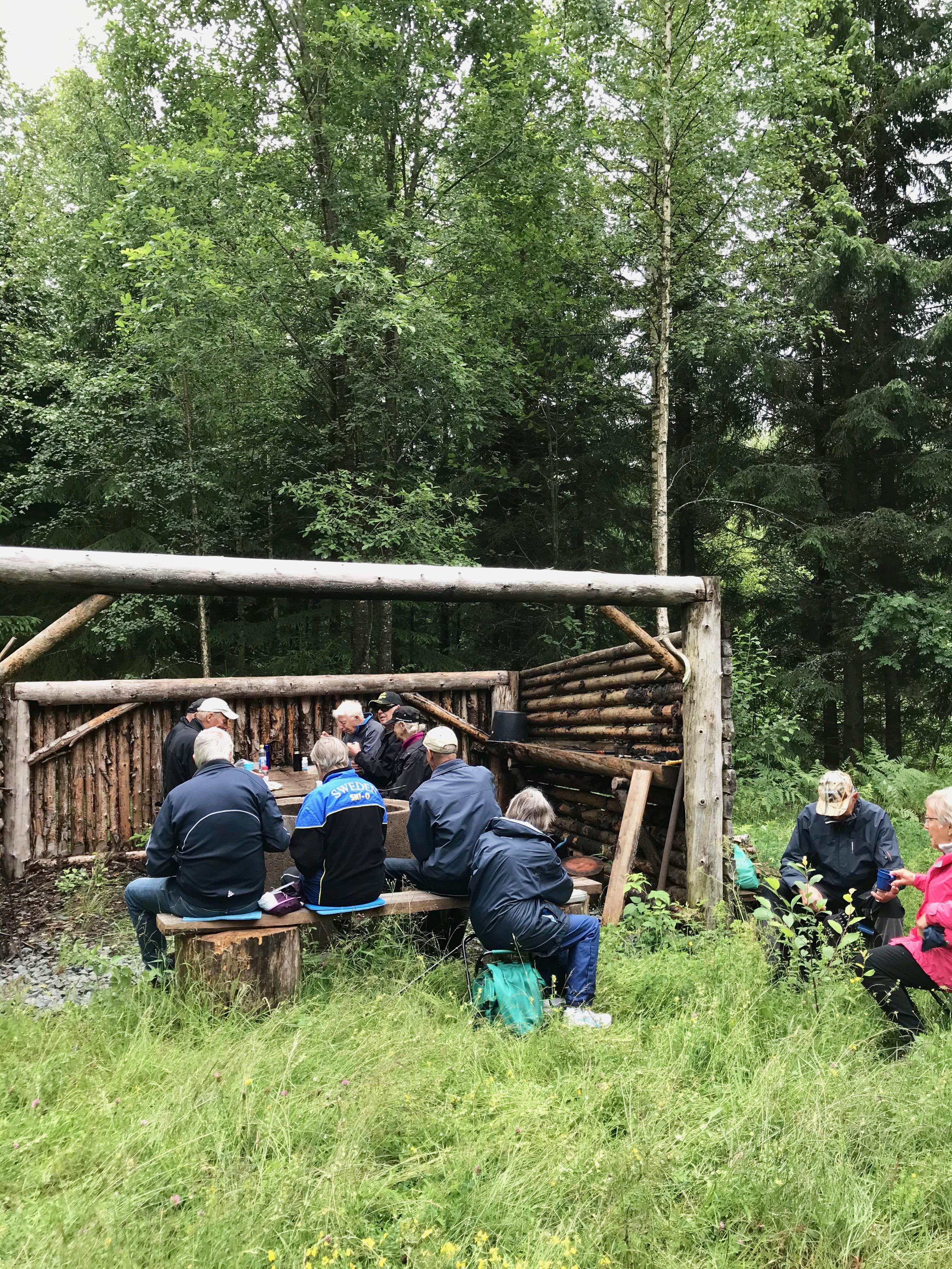 Fikadags på den rejäla grillplatsen som håller på att renoveras. För tillfället saknades tak.