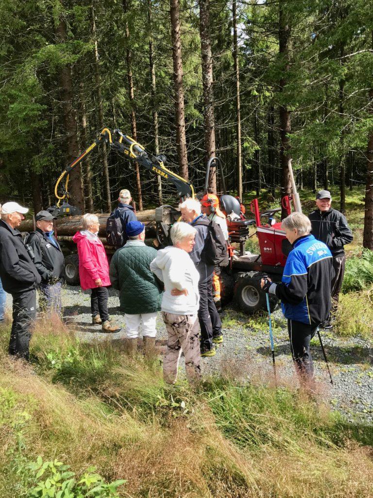Efter fikat stötte vi på markägarna Agneta och Lennart Rosell, som höll på med skogsarbete.