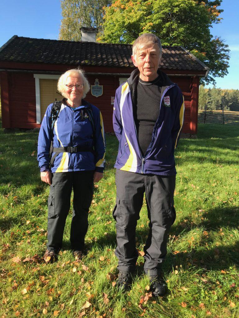 22 nöjda vandrare tackar Göran och Anna-Stina för en 5-stjärnig onsdagsvandring.