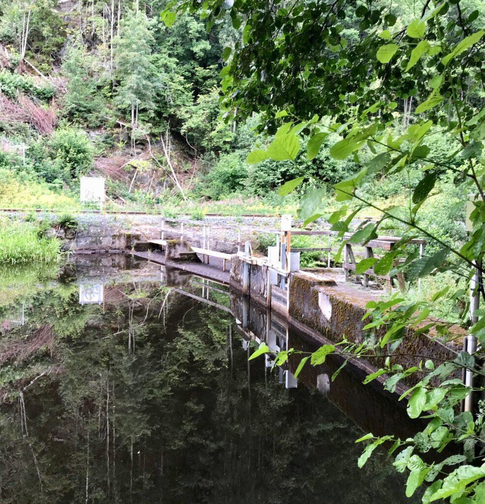 Längs ån finns flera dämmen för att tillvarata vattenkraften.