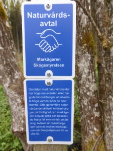 Upp genom Grenåsa by kom vi snart till ett skogsområde där markägaren, Simon Jonegård, tecknat ett naturvårdsavtal.