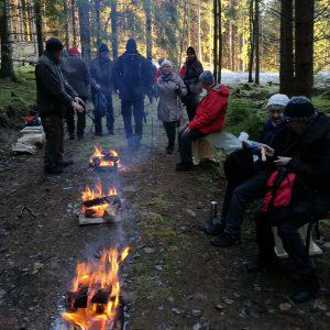 Tre brinnande eldar och välordnade sittplatser.