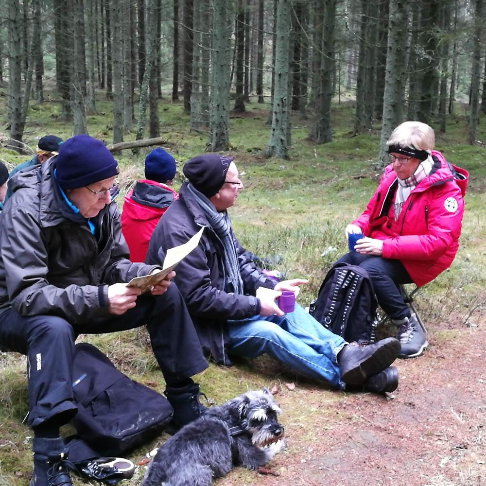"""Eskil studerar """"Hitta ut-kartan"""" så att vi säkert ska hitta ut ur skogen."""