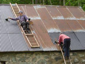 En del plåtar ersattes. Sedan tvättades och målades taket.