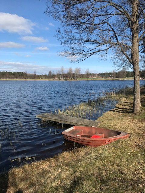 Nedanför fikaplatsen kunde vi se gårdarna på sjöns norra sida.