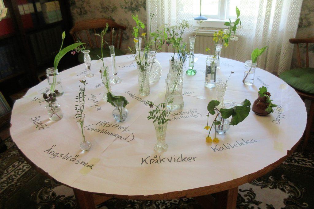 Inne i huset kunde man se exempel på alla sommarens blommor.