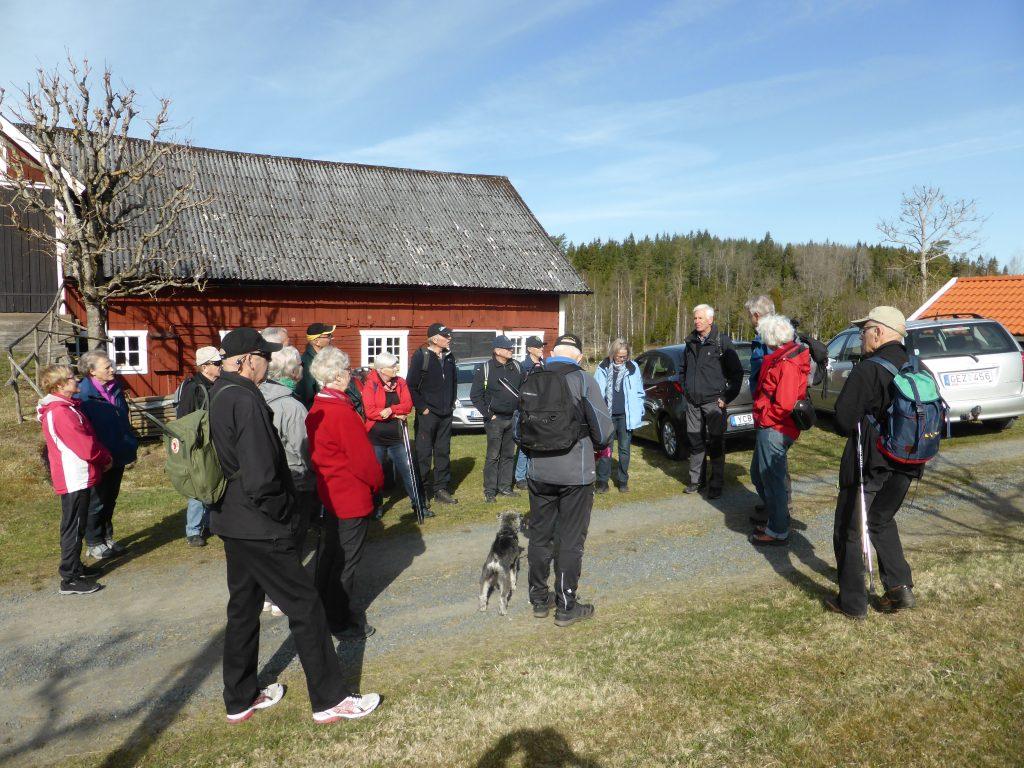 Bertil Skaar berättar om hur hans farfar och bröder delade upp Åkerby på 3 fastigheter. På Hässleholmen växte Bertil upp.