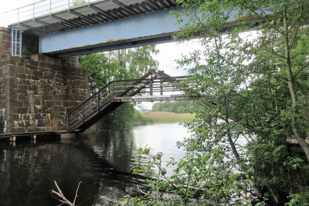 Järnvägsbron från 1862 och gångbron av senare modell.