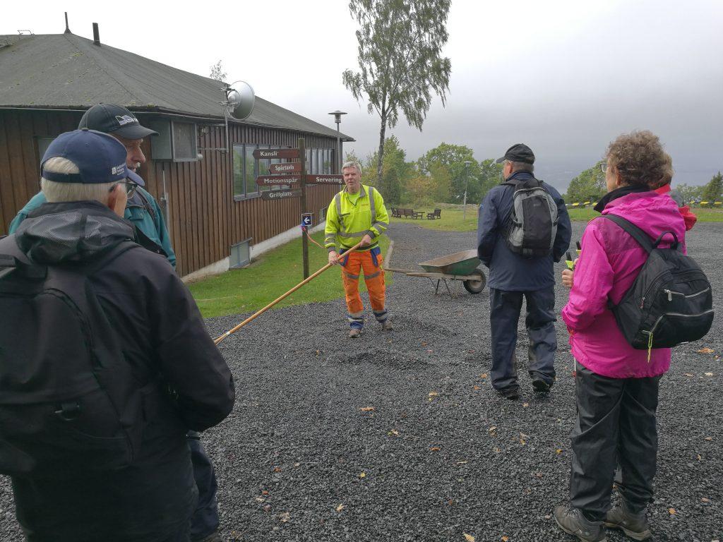 Framme vid IKHP-stugan möter Eskil och de andra TSOK-arna gamla bekanta, som ger oss en guidning i klubbstugan.