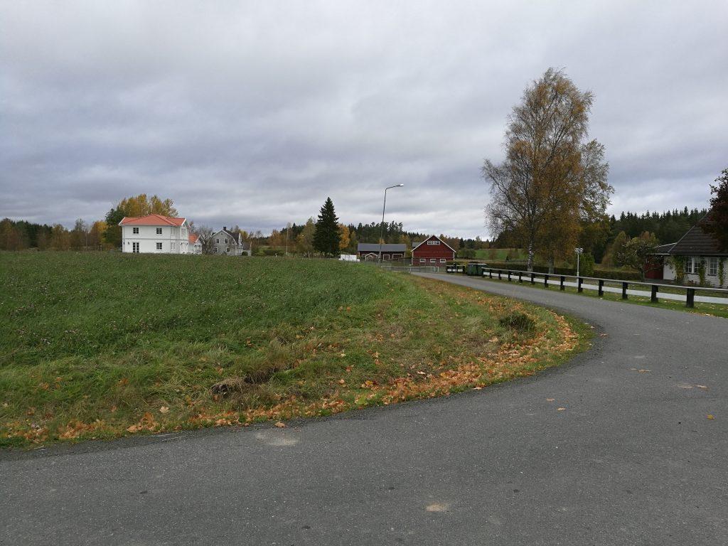 Klackarps by. En blandning av gammal och ny bebyggelse.
