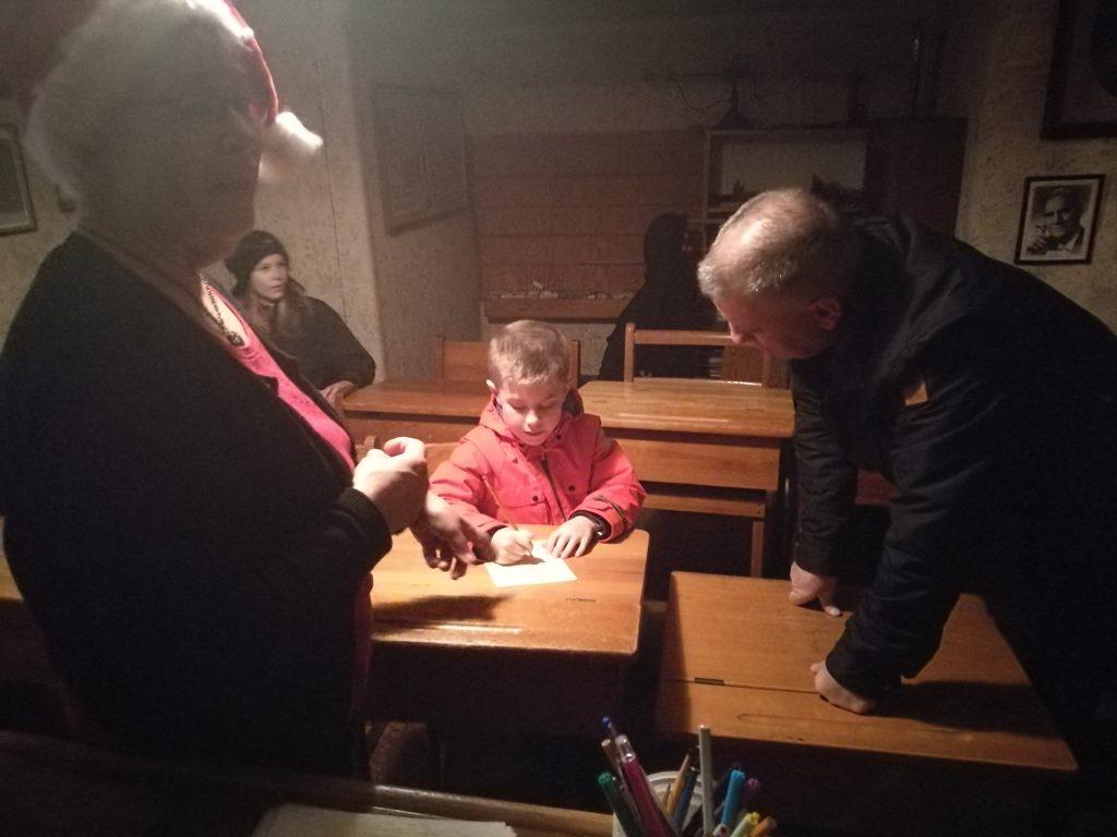 I skolsalen kunde barnen skriva önskelistor till Tomten.