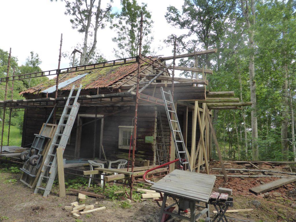 Dags att ge sig på taket. Tenhults Bygg hade lånat oss en byggställning. Tack för det!