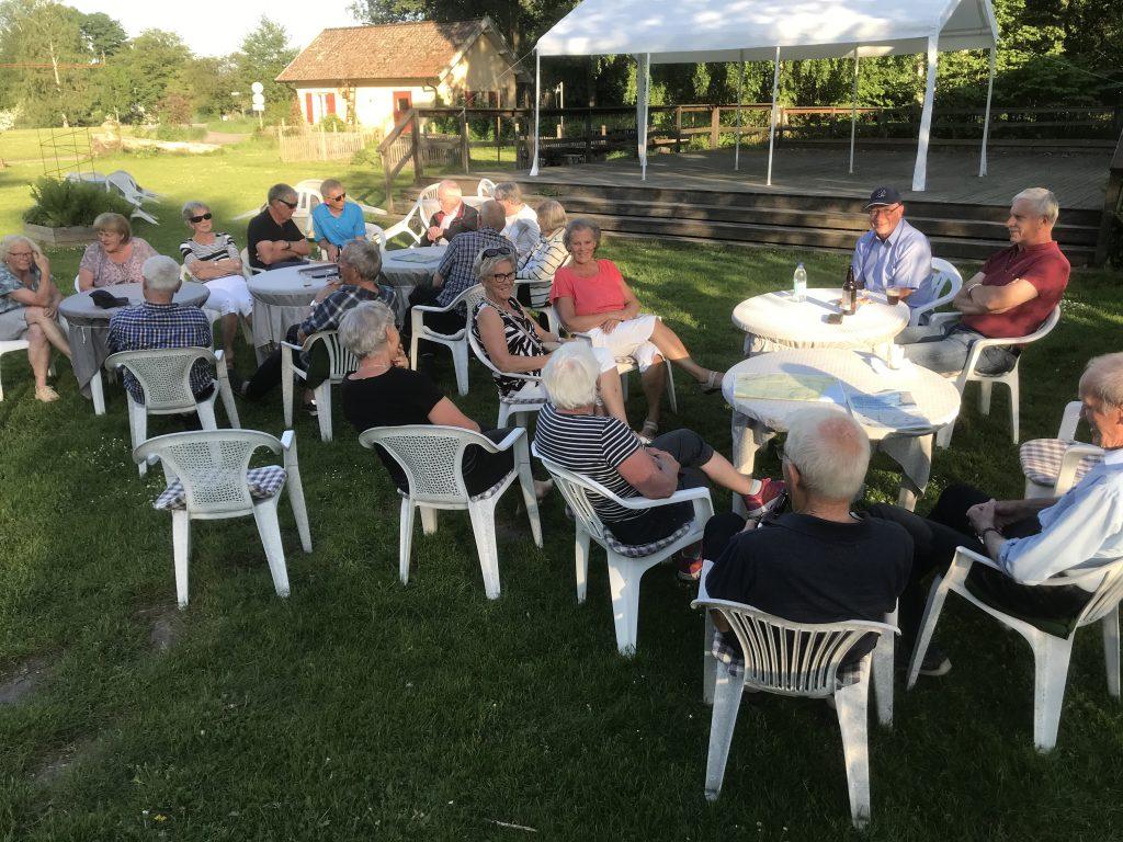 En otroligt sommarkväll gjorde att vi samlades alla i caféts trädgård och umgicks.